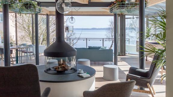Entspanntes Restaurant und Lounge direkt am Ufer des Plöner Sees