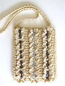 Wallet-sized beige cashmere bag of Tunisian crochet, embellished with double ruffles, woven with grey satin ribbons.