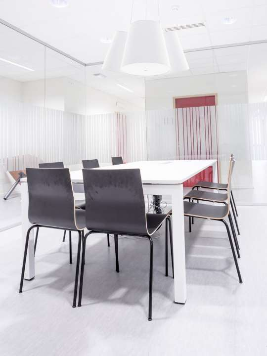 Büro in Weiss mit Cluster Pendelleuchte von frauMaier