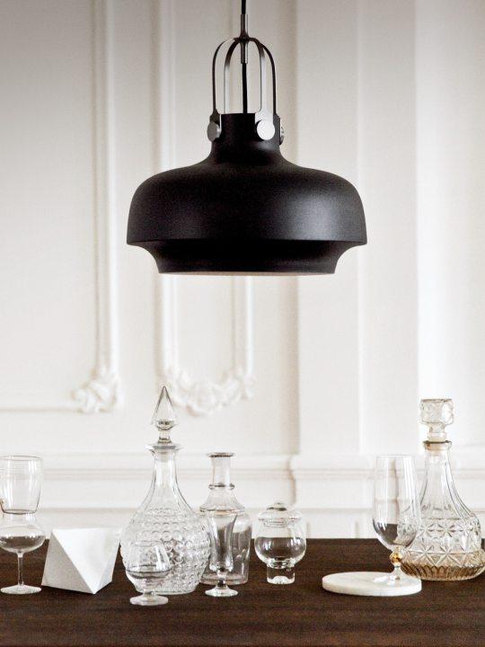 Hängelampe Copenhagen in schwarz über Tisch