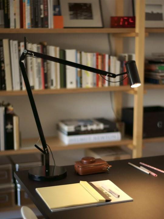 Marset Polo in schwarz auf Schreibtisch