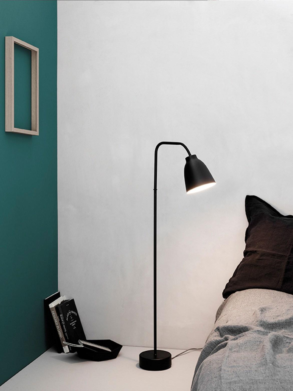 Stehleuchte Caravaggio Read schwarz im Raum