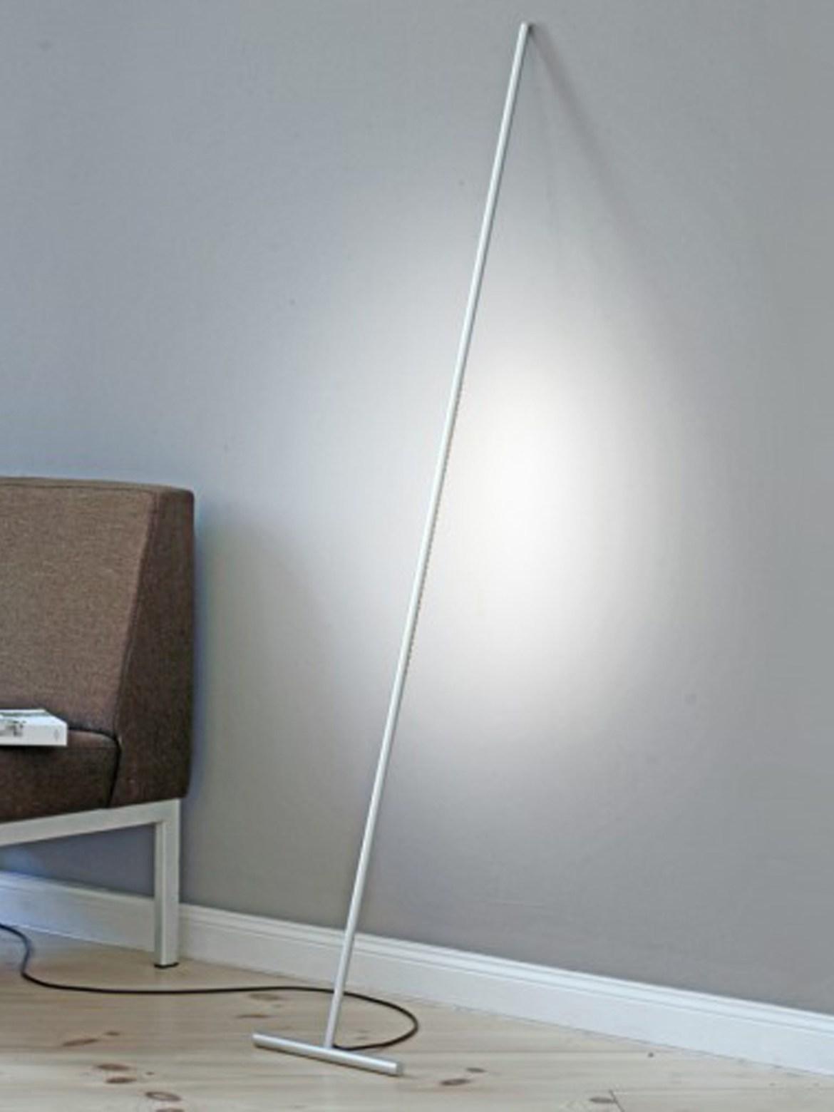 DesignOrt Blog: Trend: Silberne Designerleuchten Bodenleuchte Stehlampe zum Anlehnen roomsafari T Light