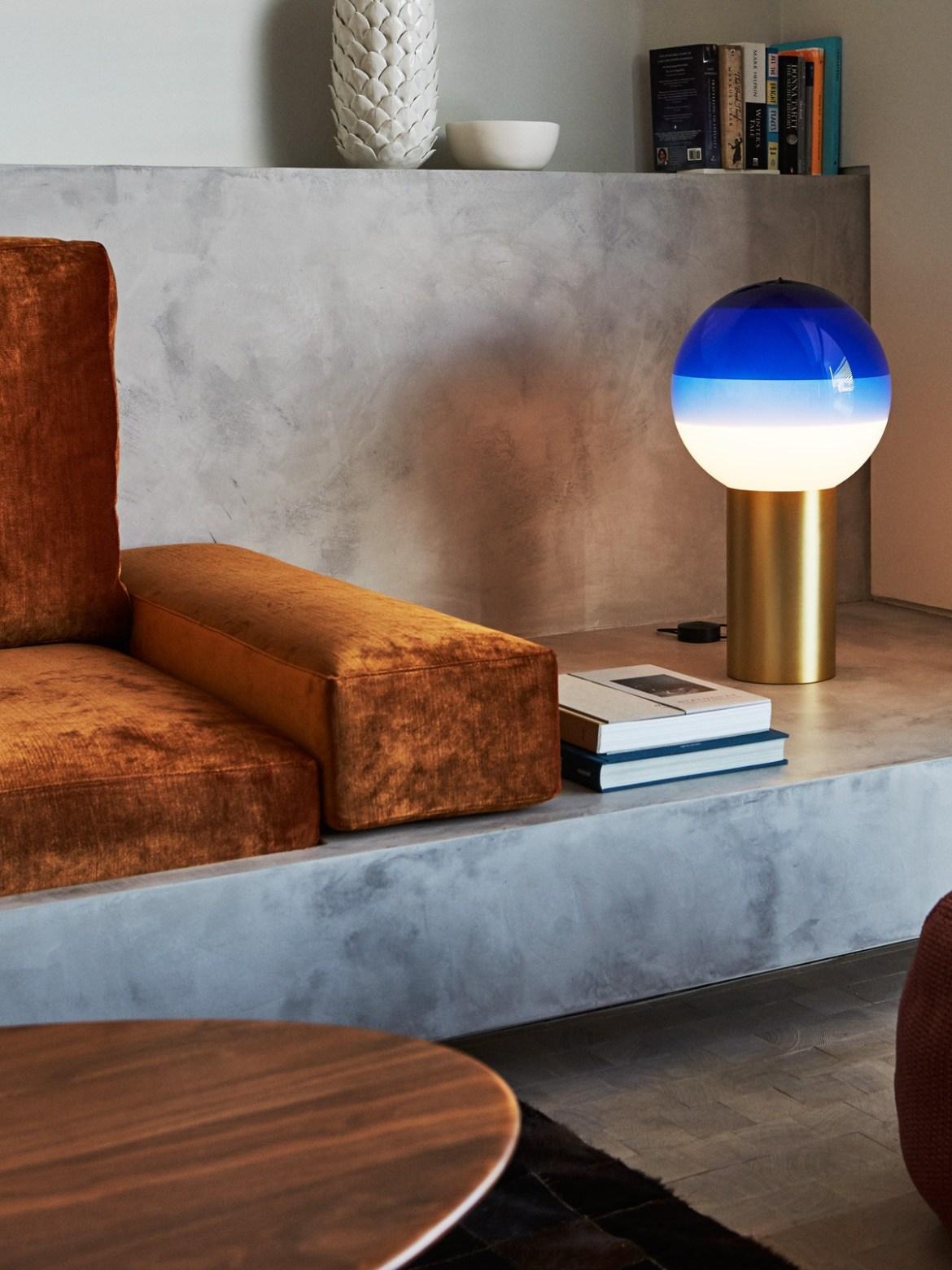DesignOrt Blog: Designerleuchten in Blau Marset Dipping Light Tischleuchte mit gefärbtem Glas