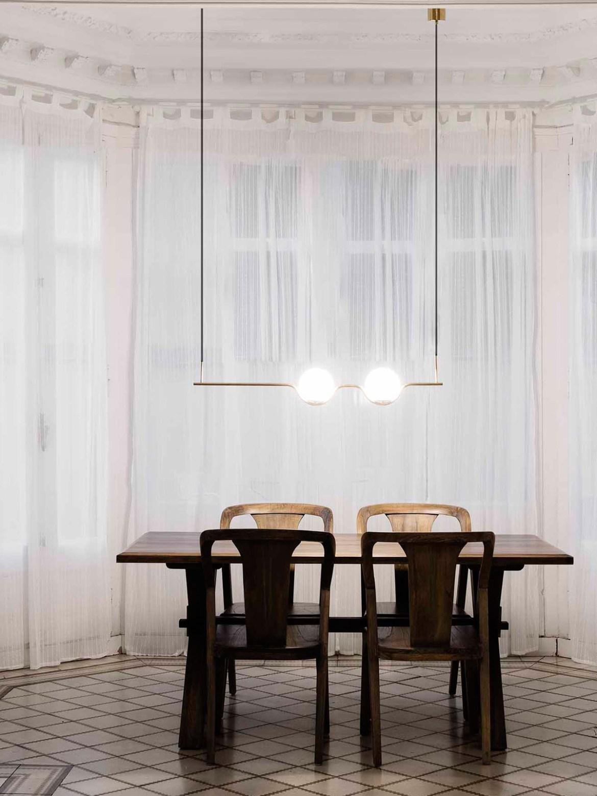 DesignOrt Blog Zweiflammige Pendelleuchte in Gold und Opalglas Faro Barcelona