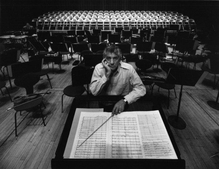 Leonard_Bernstein,_Philharmonic_Hall,_New_York,_1968