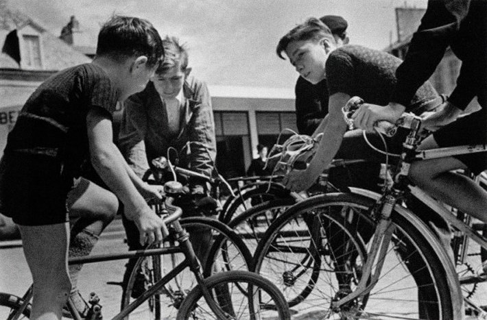 Robert Capa, Boys on bicycles discussing the Tour de France bicycle race, Paris, June–July 1939