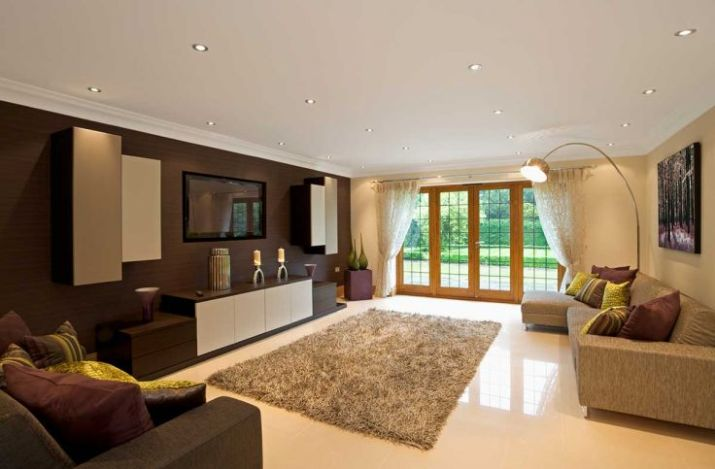 Modern-living-room-space-with-carpet-and-tv