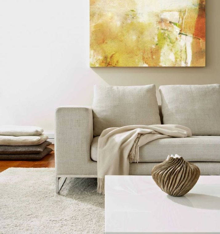 Modern-living-room-with-abstract-painting