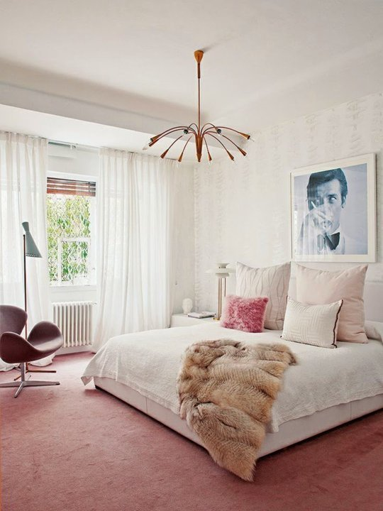 The balance of colors in this room with the dark accent furniture is a great combination of shades and textures. 15 Rooms That Make Wall-to-Wall Carpet Shine – Design*Sponge