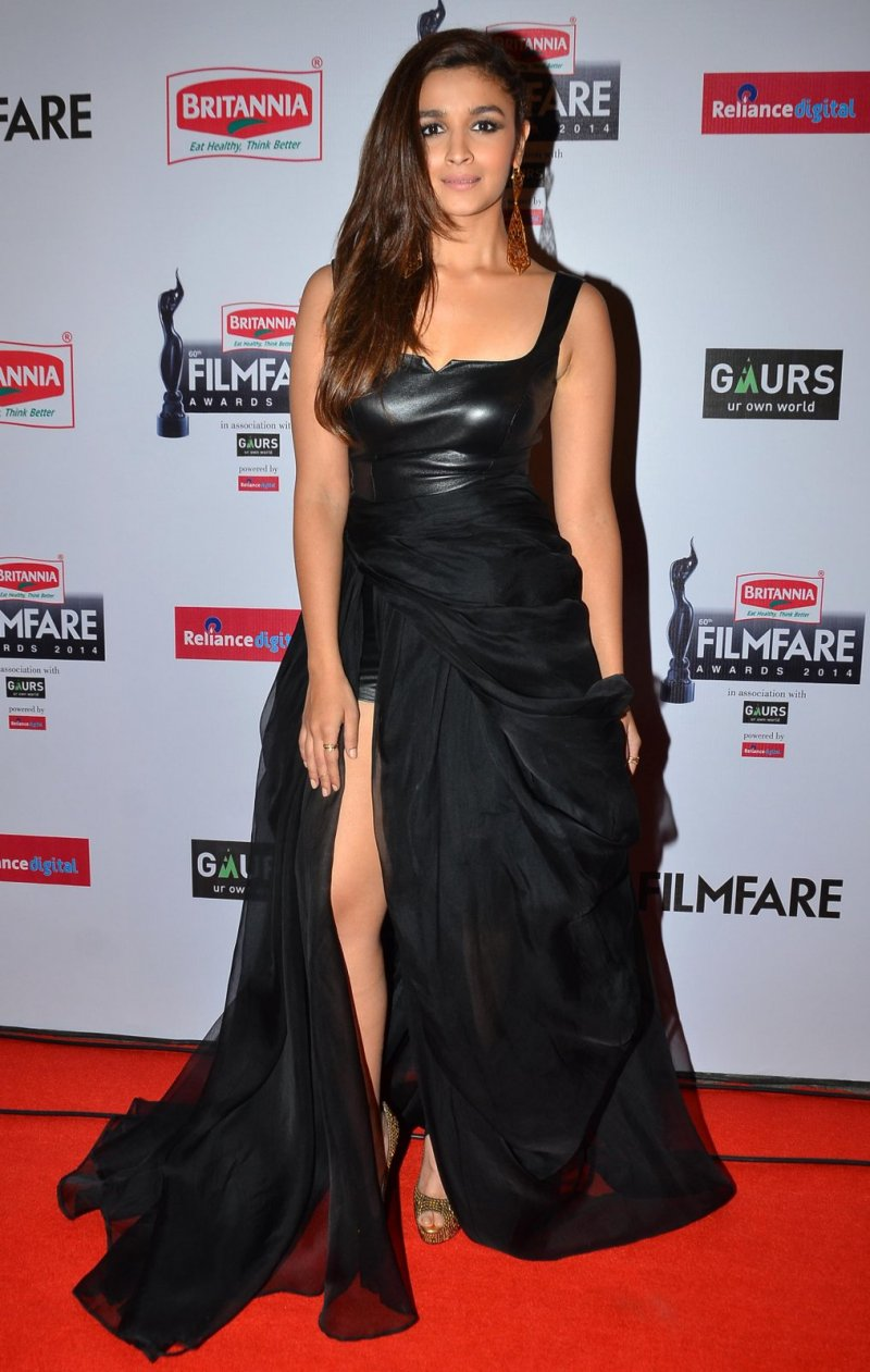 alia-bhatt-graces-the-red-carpet-at-the-60th-britannia-filmfare-awards
