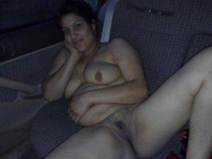 Amateur Aunty fully nude in car