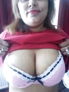 Amateur Aunty show big tits