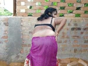 Desi Aunty big round ass pic