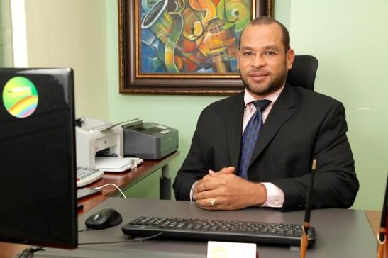 Auris Aquino, gerente de la oficina de Santo Domingo de Coop La Candelaria,