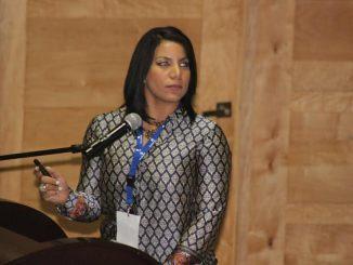 La doctora Estephanie Solano durante su exposición en la VI Jornada Científica Aniversario que realiza el Hospital Traumatológico Ney Arias Lora.