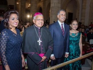 La primera dama Cándida Montilla de Medina; monseñor Francisco Ozoria; el administrador general de Banreservas, Simón Lizardo Mézquita y su esposa Jacqueline Ortiz de Mézquita.