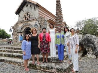 Cándida Montilla de Medina, acompañada de Karina Aristy,Sharon Brantley, Clara Savarin, Ginette Michaud Privert, Angelita de Vargas, y Elizabeth Franco de Loizaga