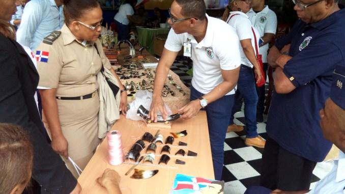 Un Interno muestra parte de los productos que exhiben en la Feria Internacional del Libro.