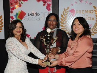 Mercedes Castillo recibe estatuilla de Sarah Hernández y Emelyn Baldera