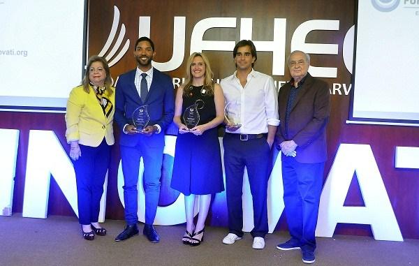 Con placas reconocimiento Mildred Sánchez Noble, Luis David Sena, Deborah Hernández, Daniel Dalet y Luis Sánchez Noble