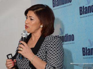 """Mayra Perera mientras ofrecía la charla •Quitarse la vida, una amenaza en la adolescencia""""."""