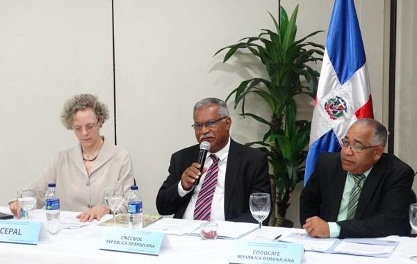 Ernesto Reyna Alcántara, vicepresidente ejecutivo del CNCCMDL; José Fermín Núñez, director ejecutivo de CODOCAFÉ Y Julie Lennox, representante de la Comisión Económica para América Latina y el Caribe