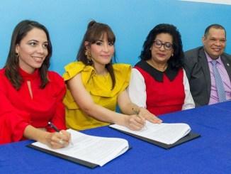 La doctora Mirna Font-Frías y la doctora Nicaurys Sánchez durante la firma del acuerdo