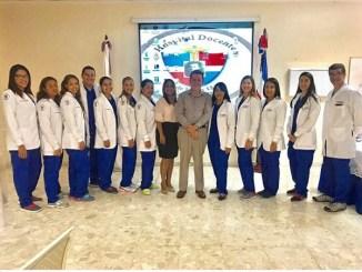 El equipo de Odontología junto al doctor Alfredo Conejo, destacado conferencista costarricense