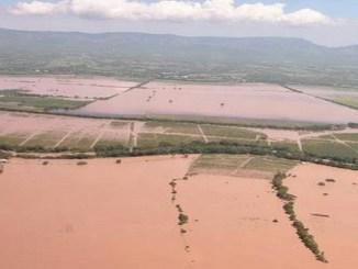Las aguas coparon un amplio tramo de la carretera Samaná-Santo Domingo, sobre todo por la zona de Guaraguao, así como también parte de las comunidades de Arenoso y Los Peinados, según reportan medio de prensa.