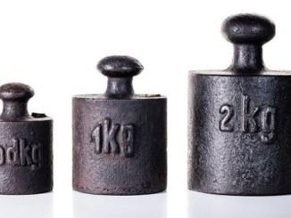 Los prototipos para medir el peso pueden ganar o perder peso porque, con el tiempo, pueden llegar a perder átomos o pueden también absorber moléculas de aire.
