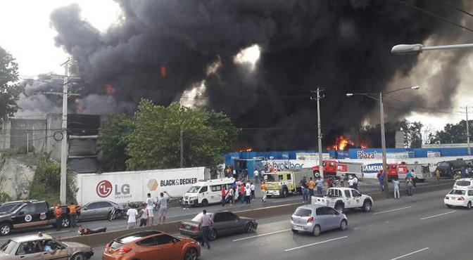 Un incendio destruyó ayer el almacén principal de la empresa Plaza Lama