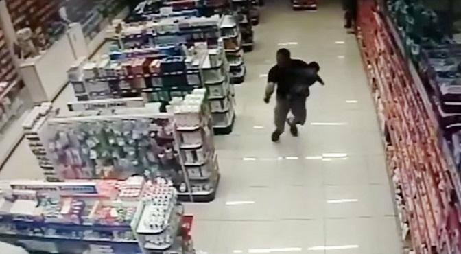 Vídeo.- Se volvió Rambo, y mata dos delincuentes que asaltaban farmacia