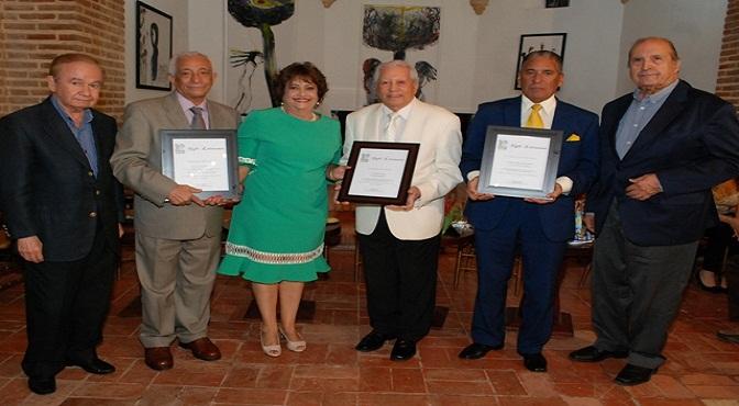 Rafael Solano, Fernando Casado y Nini Caffaro fueron reconocidos por Veronica Sencion. A su lados Elis Perez y Fabio Herrera.