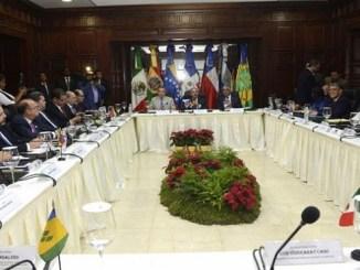 El presidente Danilo Medina, el expresidente del gobierno español José Luis Rodríguez Zapatero, y el canciller dominicano Miguel Vargas, encabezan las labores de mediación en el diálogo iniciado ayer entre el gobierno de Venezuela y los representantes de la oposición, en buscar de poner fin a la crisis que afecta a la nación sudamericana.