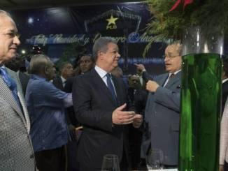 El expresidente Leonel Fernández conversa con el dirigente peledeísta Franklin Almeyda en el almuerzo de ayer.