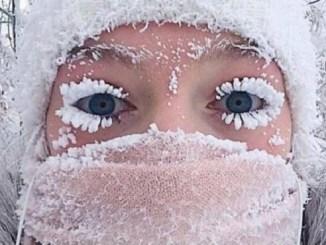 Anastasia Gruzdeva muestra sus pestañas congeladas mientras desafiaban el duro ambiente al aire libre.