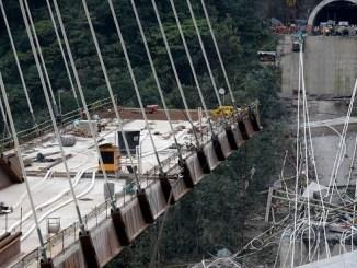 El puente colapsado en el municipio de Guayabetal en la ruta que une Bogotá con Villavicencio