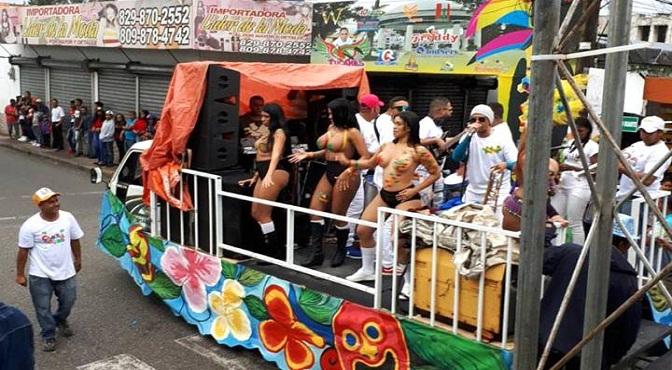 Vídeo.- En Bonao Supuestas Venezolanas Bailan Desnudas En Desfile De Carnaval