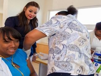La directora del SRSM, doctora Mirna Font-Frías, durante la jornada de vacunación en el Centro de Atención Primaria Ciudad Juan Bosch