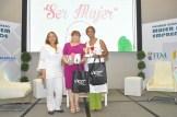 Luisa de Aquino entrega un obsequio a Rommy Grullon y Mirtha De Leon.