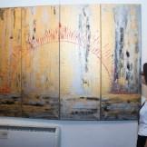 Dominique Selman mientras observa una de las obras que integra la exposición Pachamama.