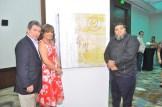 Leopoldo Castillo, Aurora Diaz y Reye Ocre junto a una de sus obras.