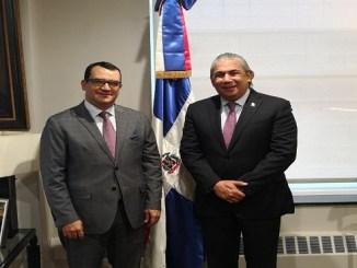 El presidente del TSE Román Jáquez Liranzo y el cónsul dominicano en Nueva York, Carlos Castillo Almonte, luego de su reunión.