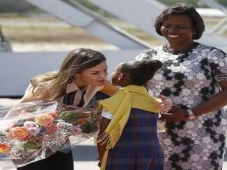 La primera dama de Haití, Martine Moise, derecha, da la bienvenida a la reina Letizia a su llegada ayer al aeropuerto internacional de Puerto Príncipe.