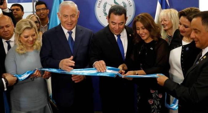 El primer ministro israelí, Benjamin Netanyahu (c-izq), acompañado de su esposa Sara (izq), el presidente de Guatemala, Jimmy Morales (c-dcha), y su esposa Hilda Patricia Marroquin (3-R) inauguran la Embajada de Guatemala en Jerusalén, hoy, 16 de mayo de 2018.