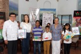 Arvar Ojeda, Lidia Martinez de Macarrulla y Rosa Francia Esquea entregan a los niños Kelvin Ramos, Luis García y Grace Liranzo, ganadores de preguntas sobre el libro
