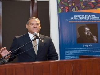 Rienzi Pared Pérez, subadministrador de Empresas Subsidiarias Banreservas, presenta la Muestra Cultural San Pedro de Macorís en el Centro Cultural de la entidad financiera.