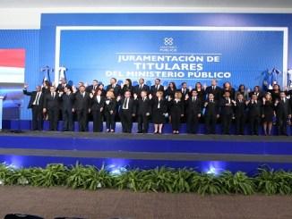 El procurador general Jean Rodríguez mientras les toma el juramento a los nuevos titulares del Ministerio Público.