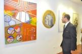 Juan Carlos Henriquez Observa una de las obras de Judith Mora.